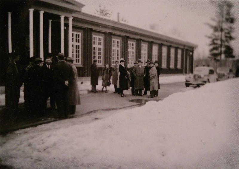 Elevene er sendt hjem og Stortinget har inntatt Elverum Folkehøgskole. Elverumsfullmakten blir til. Foto: ukjent fotograf.