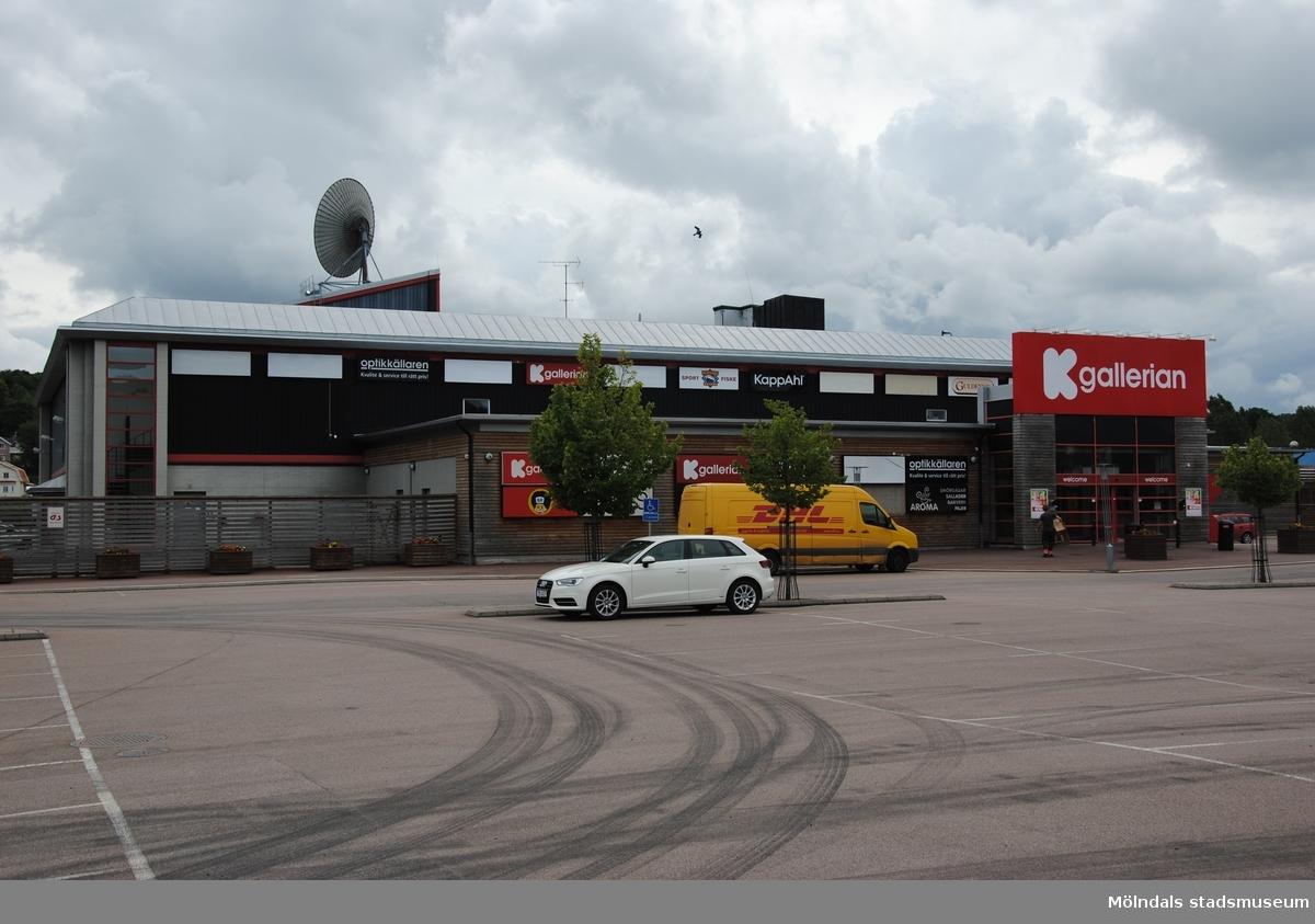 Byggnadsdokumentation av affärscentrum K-gallerian i Kållered med adress Ekenleden 6, Våmmedal 2:158, som fått rivningslov. Exterörfotografi från väster den 5/7 2016.