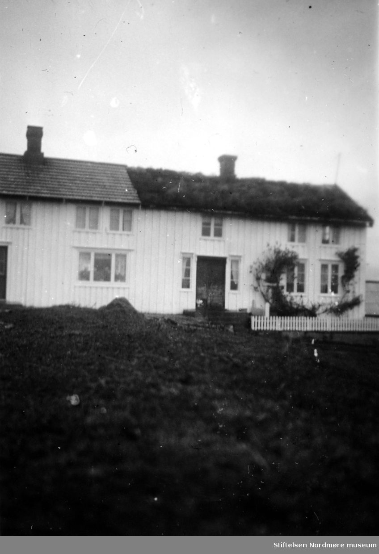 Dette er gårdsnr. 59, bruksnr 4. Den eldste hovedgården på Holberg i Steinsøysund på Smøla, bruksnr. 1, ligger på motsatt side av veien. Brukene ble skilt ca. 1905; jfr SEFRAK. Se mer om Holberg og Steinsøysund i Yderstads notater Bind 9, side 174 og utover. Her er også husets plan og historie omtalt. Bildet er datert oktober 1952. Samme bilde er å finne på fotonummer FAKf-100296.184822. Fra Nordmøre Museums fotosamlinger.