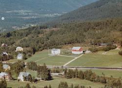 Flyfoto fra Brekka på Tingvoll. Bildet er datert 30. juli 19