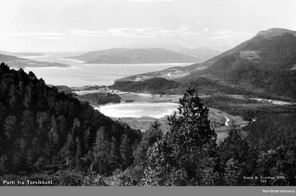 Postkort med oversiktsbilde fra Torvikbukt i Gjemnes kommune. Fra Nordmøre museums fotosamlinger. Reg: EFR