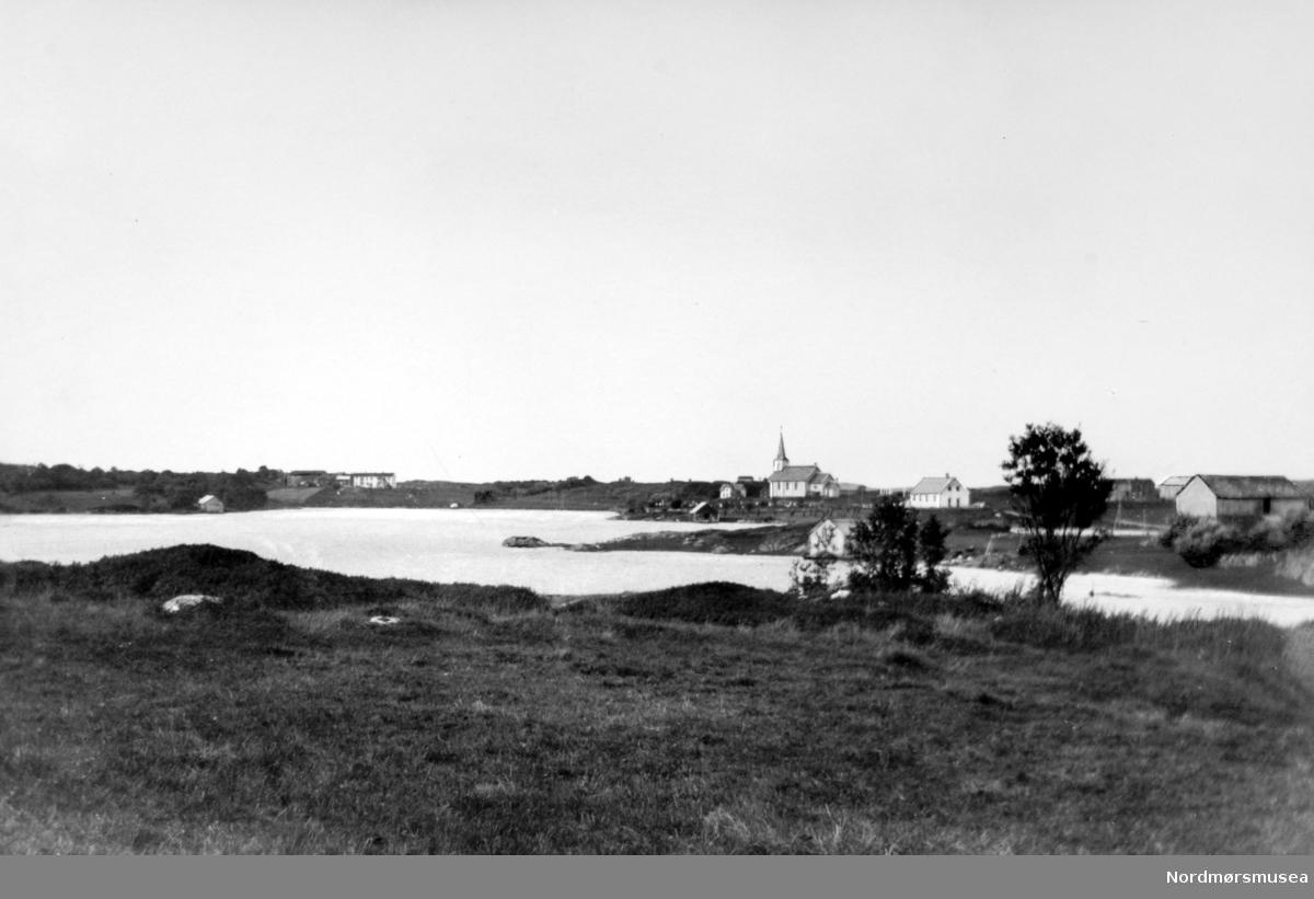 Parti fra Innsmøla i Smøla kommune. Her ser vi fra noe av bebyggelsen i bakgrunnen, med blant annet kirken. Fotograf er trolig Georg Sverdrup, og datering er sansynligvis omkring 1930 til 1939. Fra Nordmøre Museums fotosamlinger.