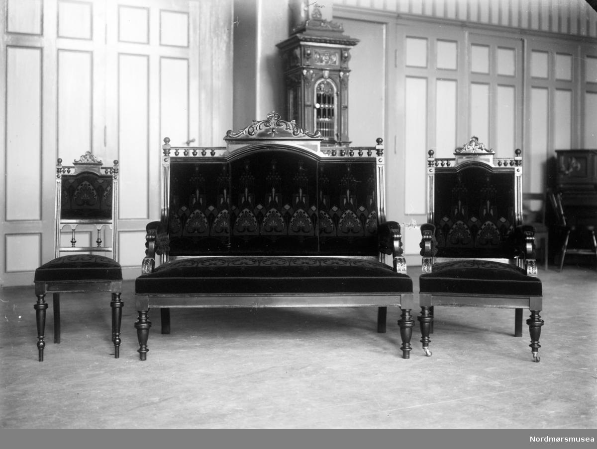 Gjenstandsbilde: lukseriøse salongmøbler av to stoler og en sofa. Se også reg. nr. KMb-1987-005.6257. Fra Nordmøre museums fotosamlinger.