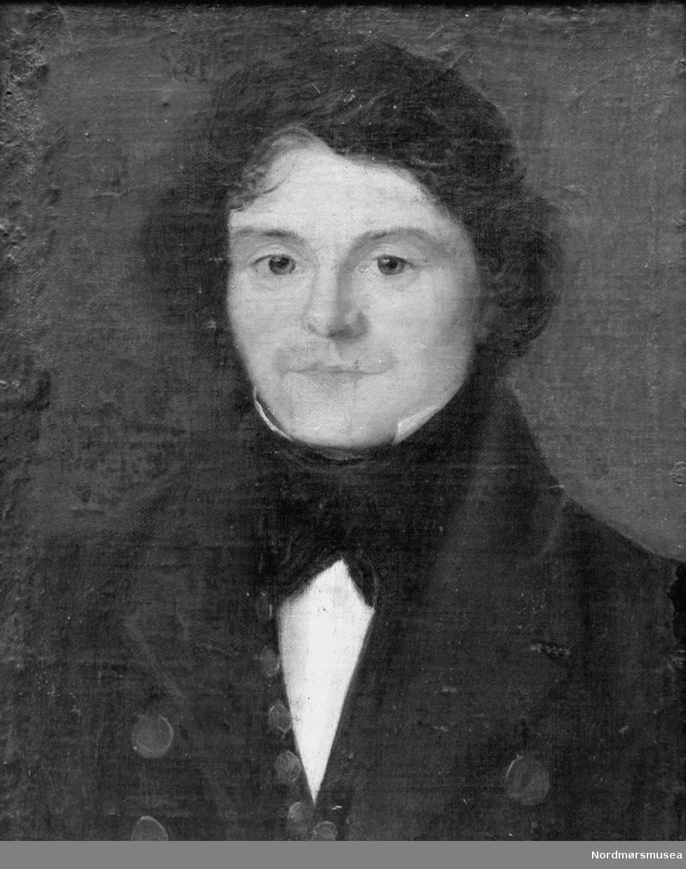 """John Gundersen Neergaard (født 11. november 1795 i Rindal, død 15. juni 1885 i Øre, Gjemnes kommune) var en norsk politiker og lensmann. Gift med Kirsten Iversdotter Dønnem i Øre herred på Nordmøre, hvor han også var ordfører og lensmann. Han var i tillegg bonde på Dønnem, stortingsmann i flere år mellom 1827 og 1854, og var en radikal opposisjonspolitiker som stod mot embetsmennene, som medførte at han reiste rundt og agiterte for at bønder skulle bli valgt inn på Stortinget, med Bondestortinget i 1833 som i stor grad hans fortjeneste. Han skrev også boka """";En Odelsmanns tanker om Norges nærværende forfatning - ofte bare kalt for Olabok - og var et angrep på embedsmennene. John Neergaard ble 90 år, og er gravlagt ved Øre Kirke i Gjemnes kommune. Fra Nordmøre museums fotosamlinger.  Reg: EFR"""