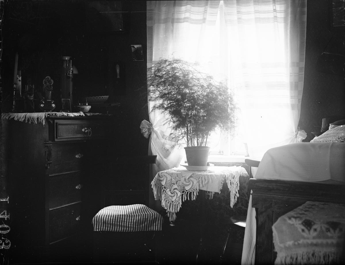 """""""Kammarinteriör hos gumman Lindkvist vid Mälby Altuna"""", Uppland 1919"""
