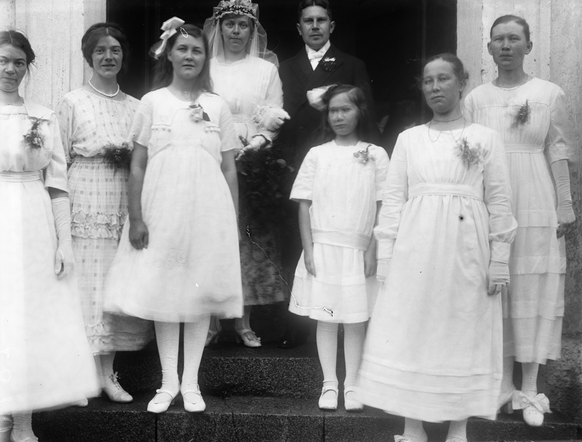 """""""Brudparet Lindkvist och tärnorna. Signe Bejer halv"""", Altuna socken, Uppland 1920"""