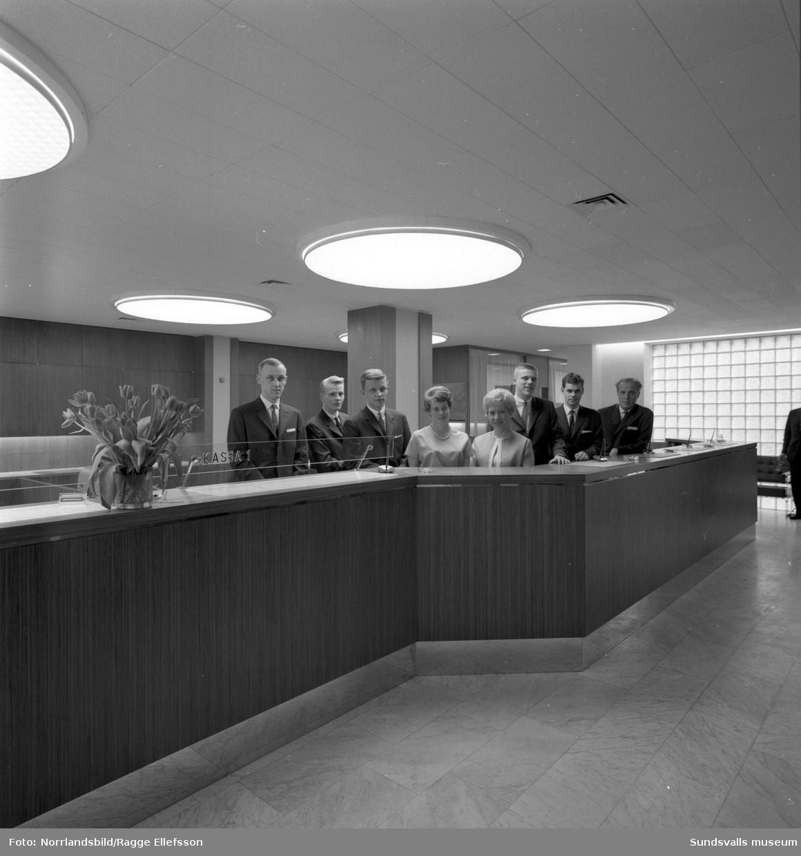 Bilder från pressvisningen av Skandinaviska bankens lokaler och exteriör inför öppnandet. Banken etablerade sig i det hus vid Storgatan 19 som byggdes av grosshandlare Frans Pettersson och vars konfektionsvaruhus lades ned 1963.