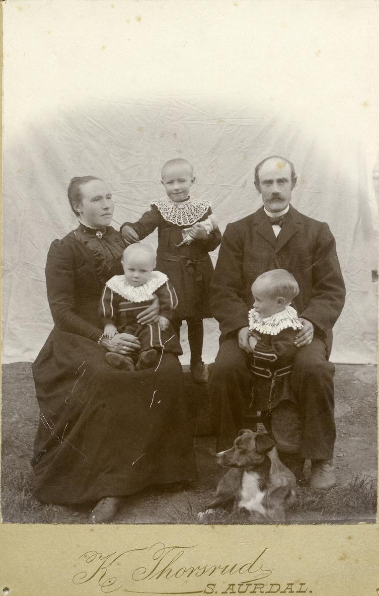 Familieportrett av Herman og Tonetta Leite med barna Olea, Arne og Trond.