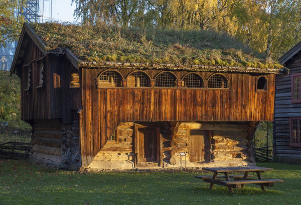 Skråstadloftet er museets eldste bygning; en brunlig tømmerbygning i to etasjer, med torv på taket og svalgang i andre etasje, oppført i 1604.. Foto/Photo