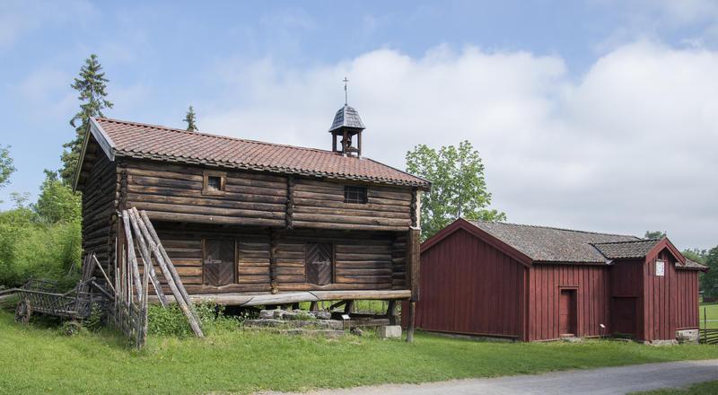 På Hedmarkstunet står også Løkenstabburet; et grått, toetasjers stabbur med klokketårn i høyre gavl, og borgstua; et rødt, plankekledd hus.