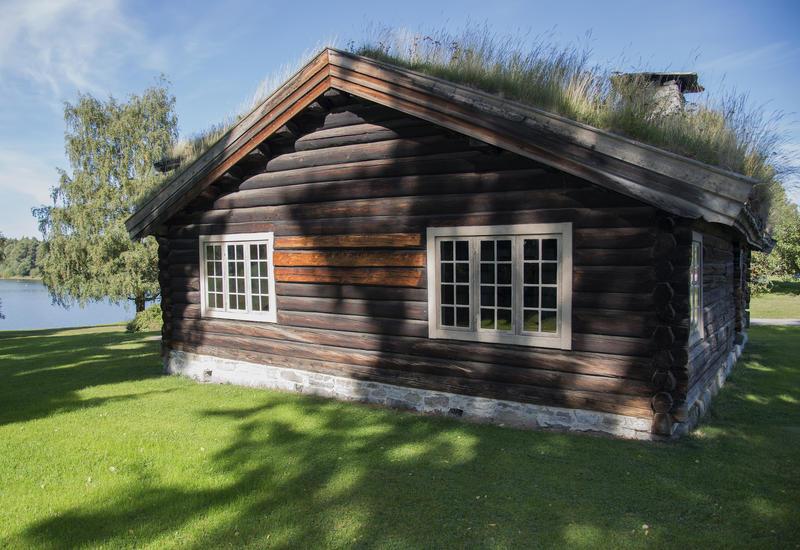 Stua ligger vakkert til nesten innerst i Rosenlundvika. (Foto/Photo)
