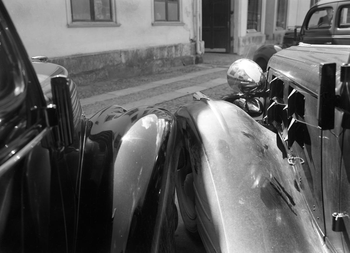 Fotografen dokumenterar en parkeringsskada på uppdrag av Ekströms bilaffär med verksamhet på Norra Strandgatan 17. Bilden från 1938.