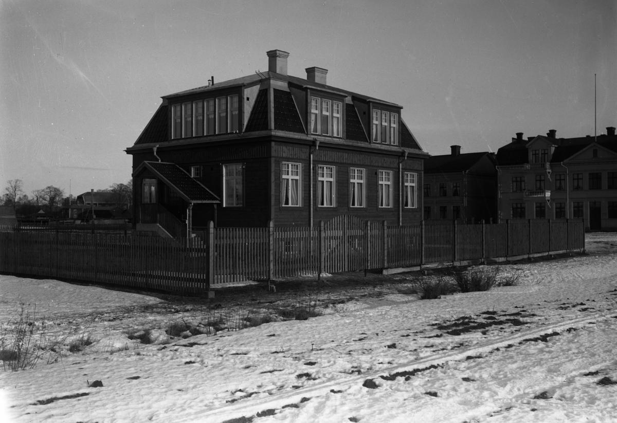 """Nybygge vid Norra Klaragatan år 1914. Huset byggdes av """"Lången o Korten"""". 2 välkända byggmästare i början på förra seklet."""