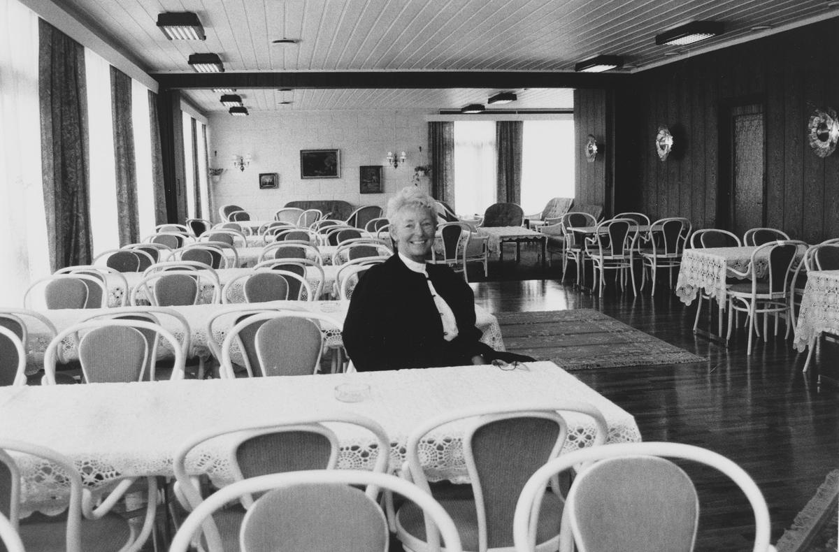 Dam kafe og selskapslokaler, drevet av Anne Lise Nygård. Bygningen ligger ved riksvei 4, ved dagens Mosenteret
