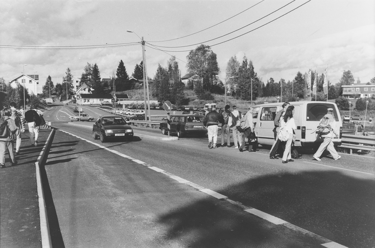 Skoleelever og andre fotgjengere krysser riksvei 4 på Hagan før undergangen kommer.