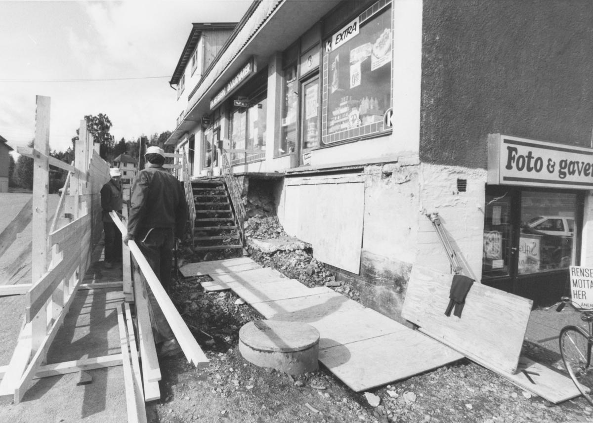 Bygging av rullestol/barnevognrampe (?)  på Hexebergsenteret i Stasjonsveien.