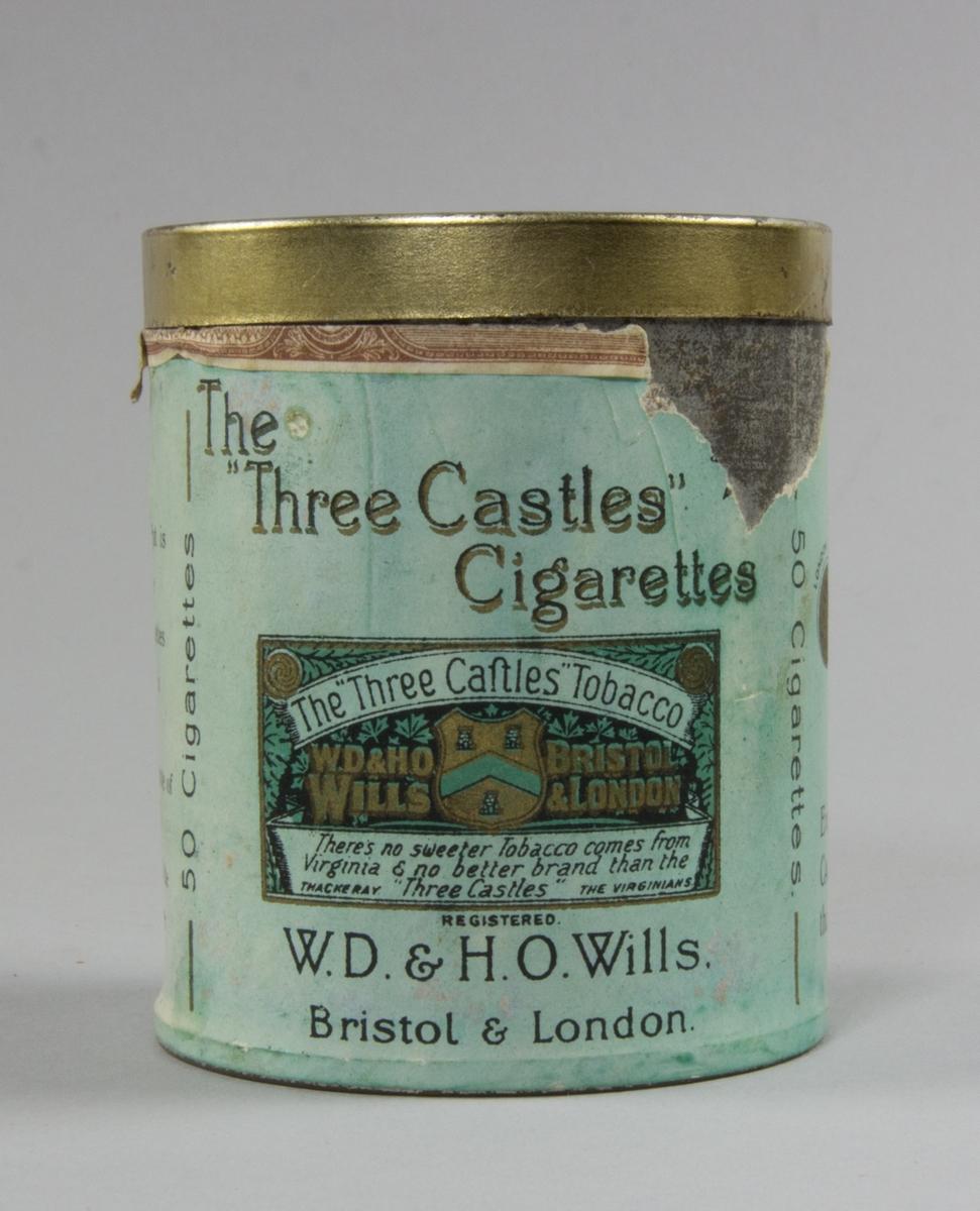 Burk, cylindrisk, av plåt med plant avtagbart lock. Präglad text på locket. Runt burken påklistrad pappersetikett. Burkens insida pappfodrad. Burken innehåller fem cigaretter.
