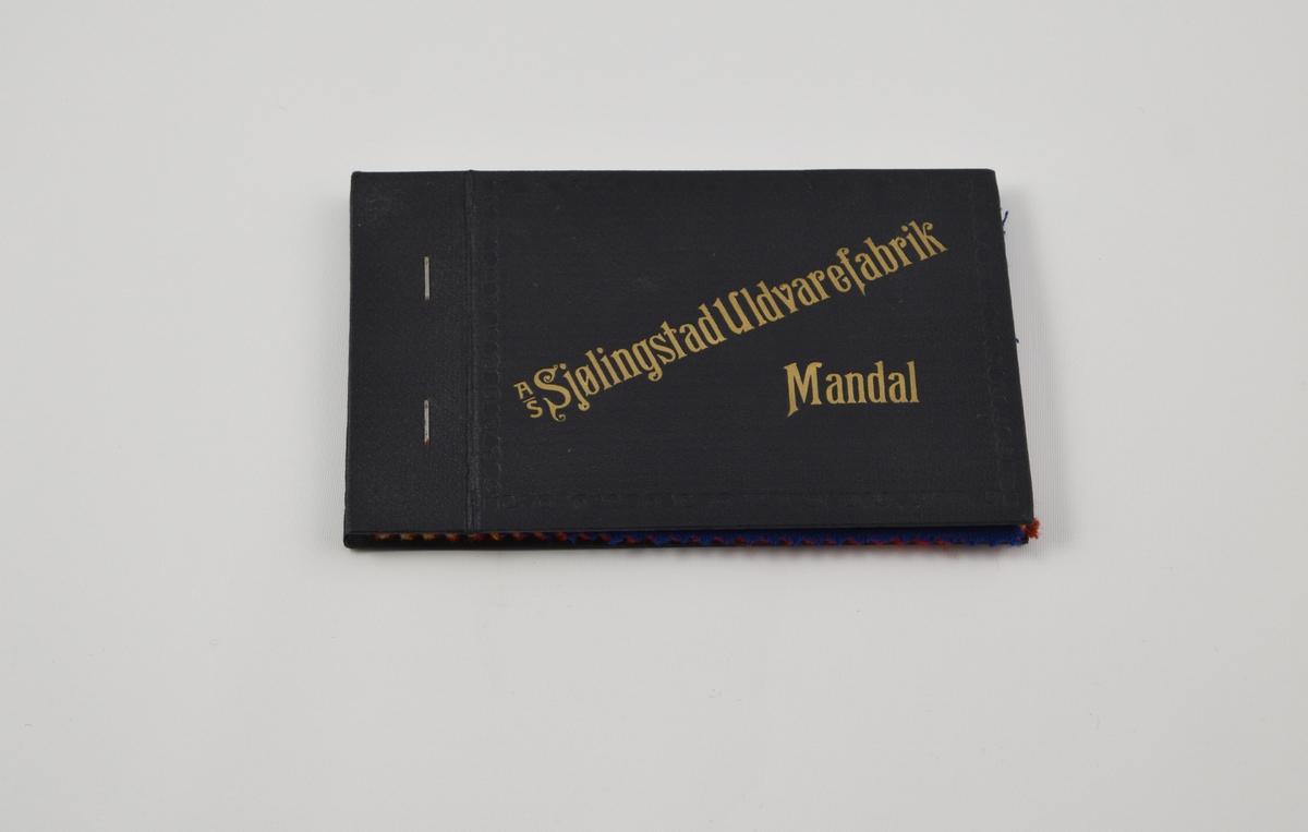 Prøvebok med 7 prøver. Middels tykke ensfargede stoff.  Alle stoffer er merket med en rund papirlapp festet med metallstifter hvor nummer er påskrevet for hånd.   Stoff nr. 89/1 (lys blå), 89/2 (mørkere blå), 89/3 (blå-grønn) 89/4 (beige), 89/5 (gul), 89/6 (rød), 89/7 (mørkere rød).