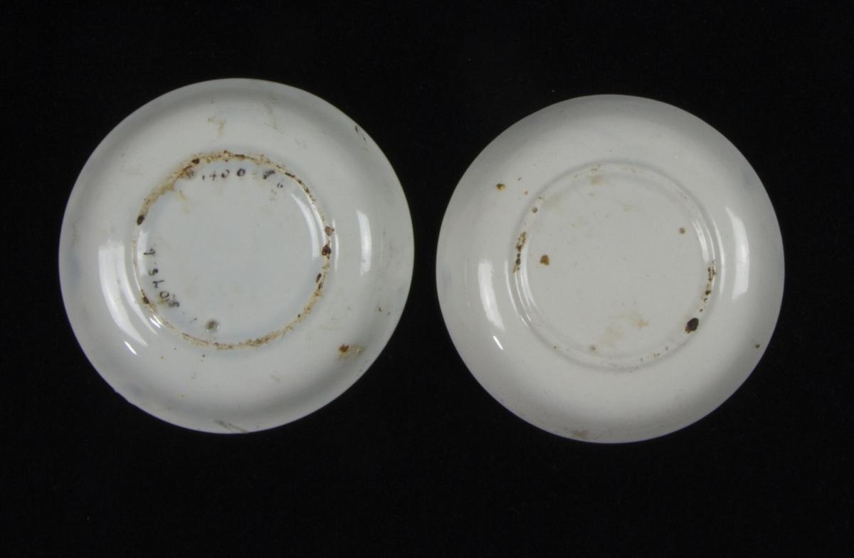 Tefat, 2 st, av vitglaserat flintgods. Runt på låg fotring. Troligen använt för att lägga upp oljefärg.