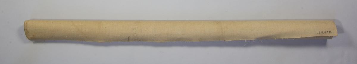Målarduk av linneväv som är grundad på ena sidan. Rullad.