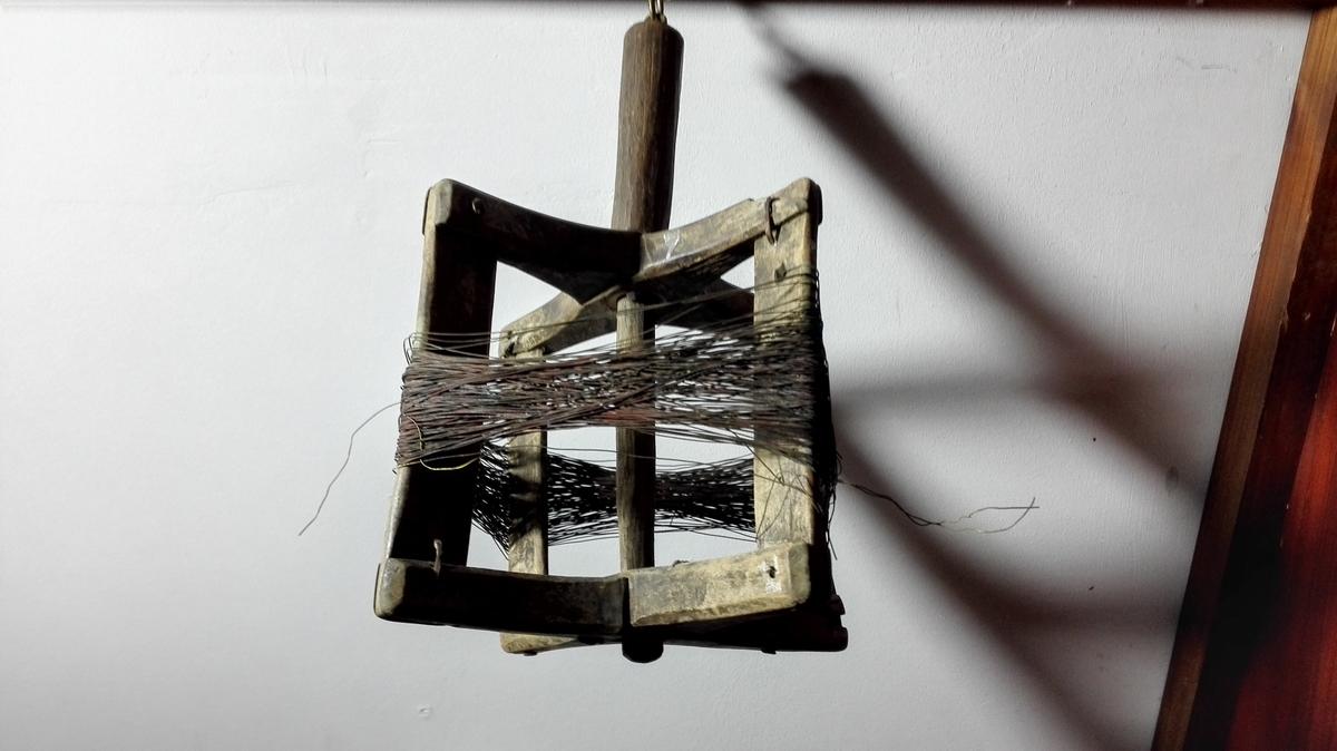 """3 loddgrinder (11864 - 66).  Apparat, hvormed man """"lodder"""" efter brisling. Det bestaar av en trægrind av forskjellig type (alle tre forskjellige typer representert her), hvorpaa er viklet tynd messingstreng med et blylodd i enden. Naar man lodder efter sild lar man loddet gaa ut i saa stor dybde, man har not til at fiske den med og ror man saa langsomt, der man vil söke efter brislingen med. Gaar strengen gjennem en sildestim, vil en övet notbas kjende det og kasting foregaar.  11865 - Firkantet loddgrind av træ med 40 favner messingstreng med blylodd av pærefasong i enden.  Gave fra notbas Ivar Sakkingstad, Fjeld, Hordaland."""