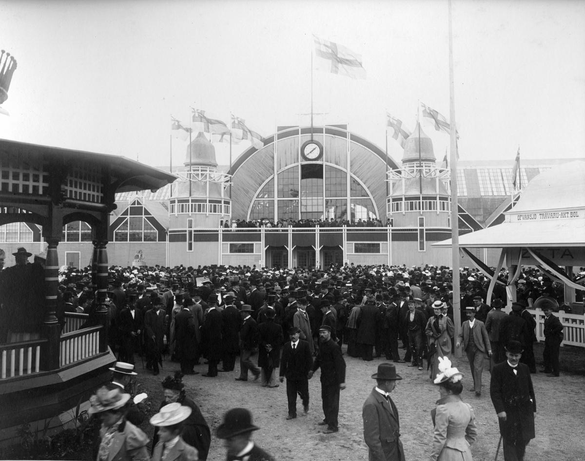 Gävleutställningen 1901. En industri- och slöjdutställning som arrangerades i samband med att det 19:e allmänna lantbruksmötet hölls i Gävle denna sommar. Utställningsarkitekt var Sigge Cronstedt. Utställningsområdet låg söder om Valbogatan mot Hantverkargatan och mellan Norra Skeppargatan och Byggmästargatan. I paviljonger visade Norrlandsföretag sina produkter. Kungligheter som besökte utställningen var kung Oscar II, kronprins Gustav och prins Carl med hustru Ingeborg.