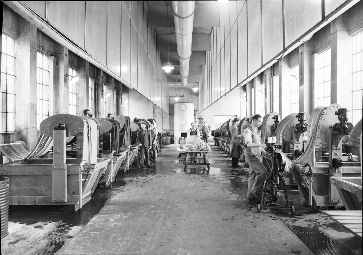 """Gävle Ångväveri AB. """"Nutida Norrland"""". Gefle Ångväfveri AB startades 1862 av Eric Sjöström. Företaget flyttade 1878 till Åkargatan med plats för 100 vävstolar och en ångkraftanläggning för driften. 1912 blev Hugo Müller disponent och lät uppföra en ny byggnad som stod klar 1918 och var mycket modern i utformning och konstruktion. Kvarteret byggdes ut 1927, med färgeri och 1934 med sidenväveri."""