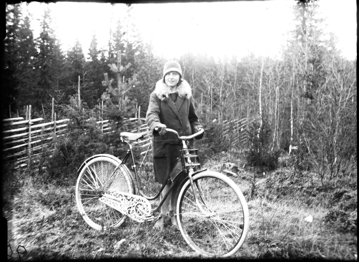 Okänd kvinna på cykeltur.