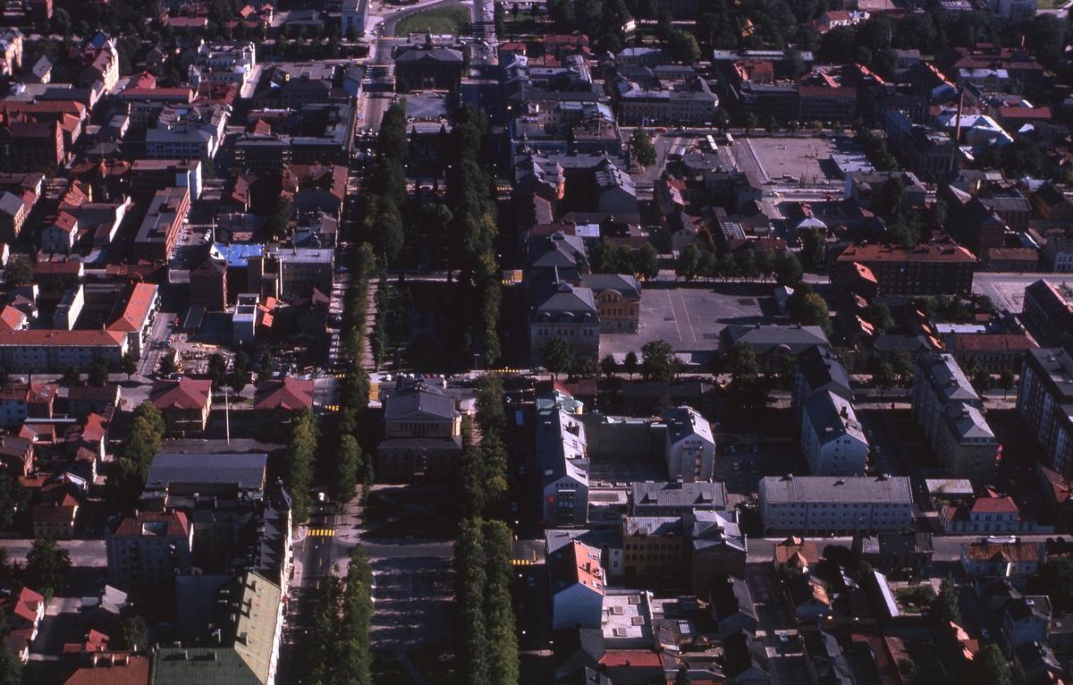 Flygbild över centrala Gävle, Rådhusesplanaden i bildens mitt.