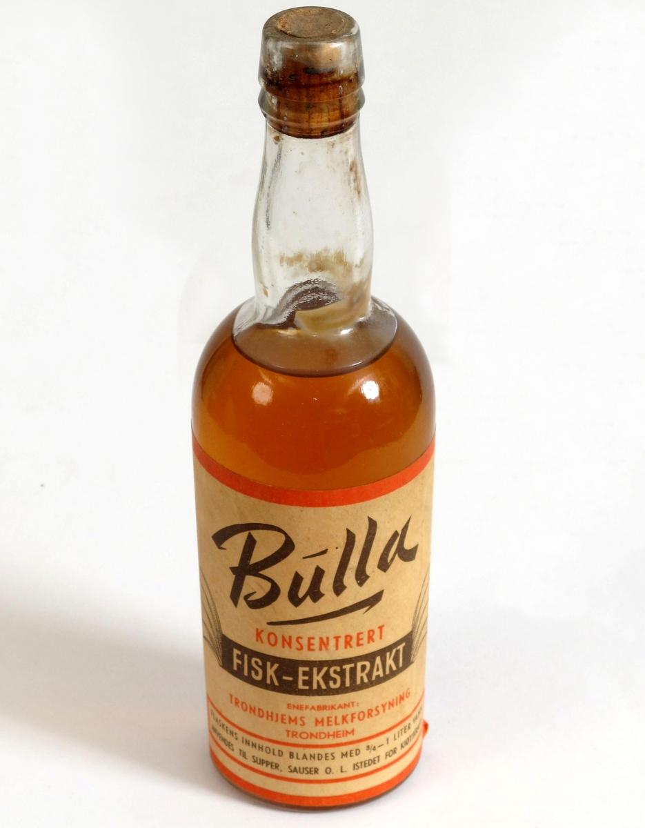 Flaske med kork og originalt innhold. Etikett med tekst, Bulla konsentrert fiskeekstrakt, produsert i Trondheim som krisevare, Brukes istedet for kjøttkraft.