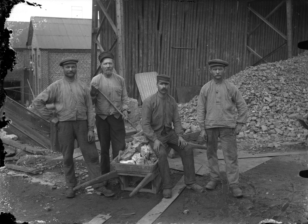 En grupp arbetare, ev arbete med stenhuggeri.
