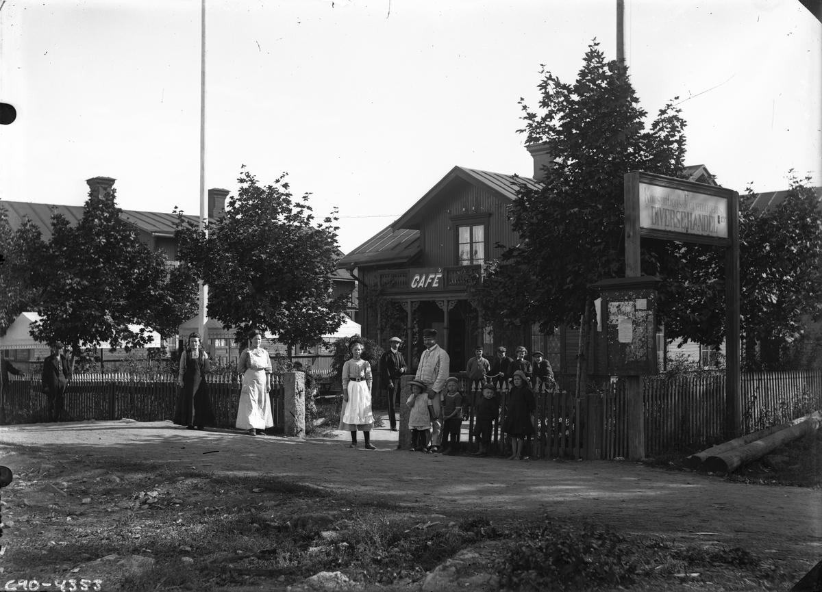 Gruppbild framför konsumtionsföreningens Diversehandel och café.