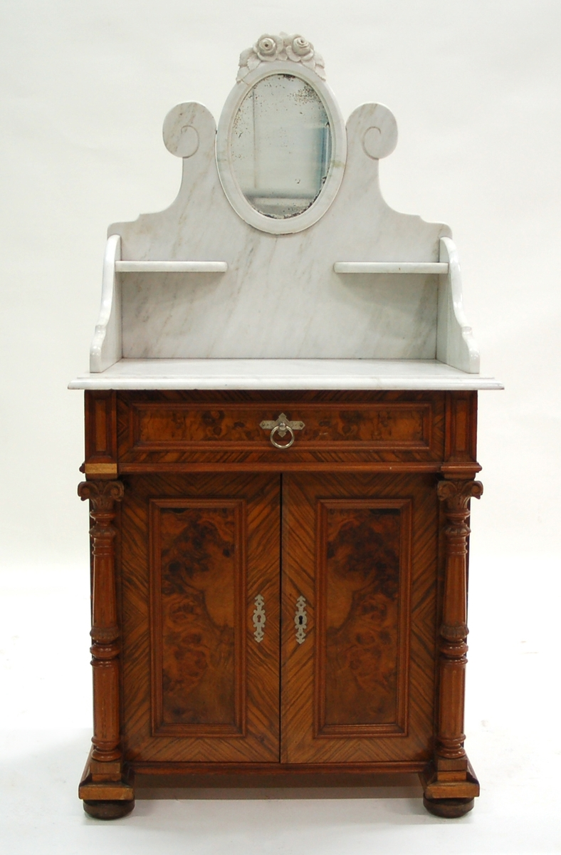 Kat.kort: Lavoire, av valnöt, med marmorskiva och spegel i marmorram. 1890-talet.  Har tillhört givarinnans mor fru Lina Petre, f. Petre.
