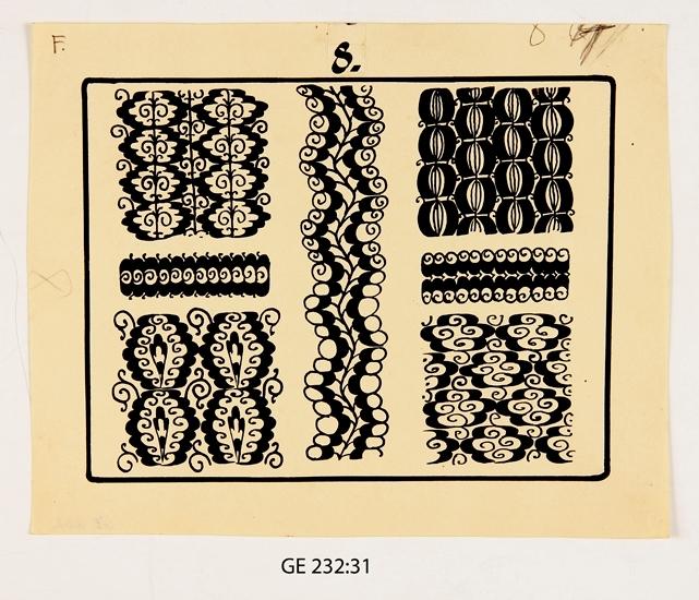 """Mönsterteckning i svart tusch.  Förvaras i pappersmapp med texten """"Ser. 4. 24 st. pl. Att utföras i samma storlek som originalen. 13 st. med A betecknade i autotypi med djupetsning i likhet med redan utförda no. 22 i denna serie, vilken inberäknats i ovannämnda 13 st. 11 st. med F. betecknade utföras i fototypi och djupetsning såsom i serierna 1 o 2"""".  Ligger i marmorerad pärm i svartvitt med gråbrun rygg och svarta knytsnören. Märkt: """"Mönstersamling för övning i ornamentsteckning. Den 30.4., Gunnar Ell"""".  Inskrivet i huvudbok 2008. Funktion: Mönstersamling"""