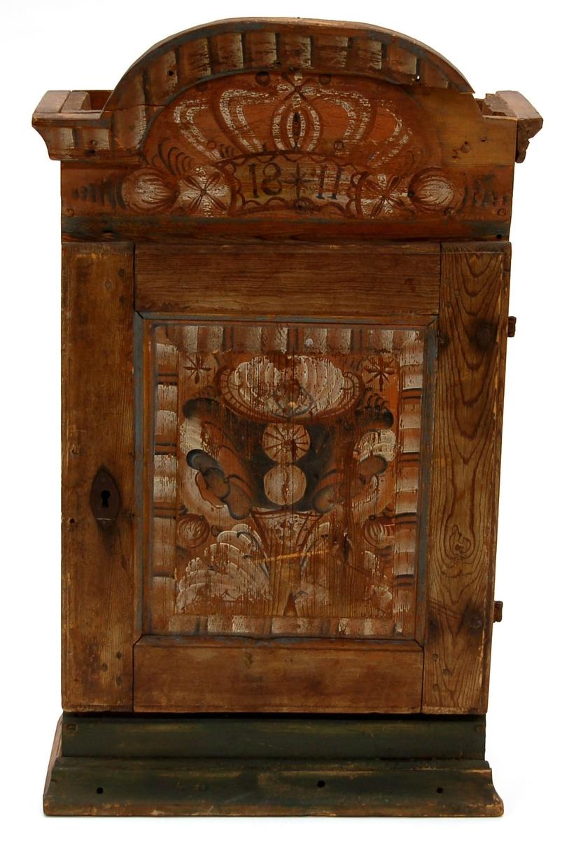 """Hängskåp, bågformigt överstycke, dekor med dalrosor. Märkt 1811.  Lapp på baksida av överstycket: """"Sven /.../? Hedesunda, N:11, Gefle"""