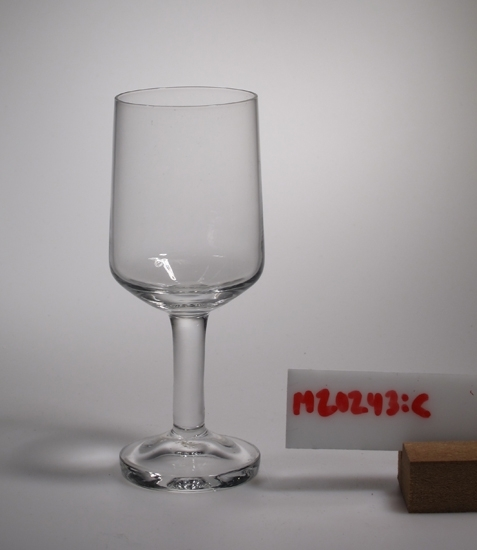 Vinglas. Klarglas. Konisk kupa, som svänger in i botten. Design av Sigurd Persson 1967. Funktion: Att dricka vin ur