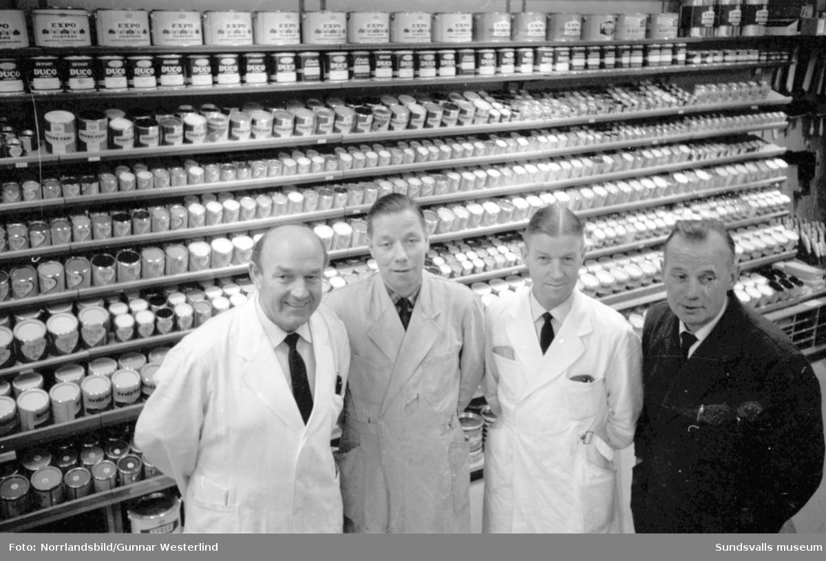 Strömbergs färghandel firar 100 år. Bilden visar de fyra trotjänare som jobbat längst i firman, tillsammans har de 118 tjänsteår. Från vänster: Ossian Sedolin (37 tjänsteår), Sigfrid Norberg (28 tjänsteår), Yngve Norberg (26 tjänsteår) och Alf Jonsson (27 tjänsteår.