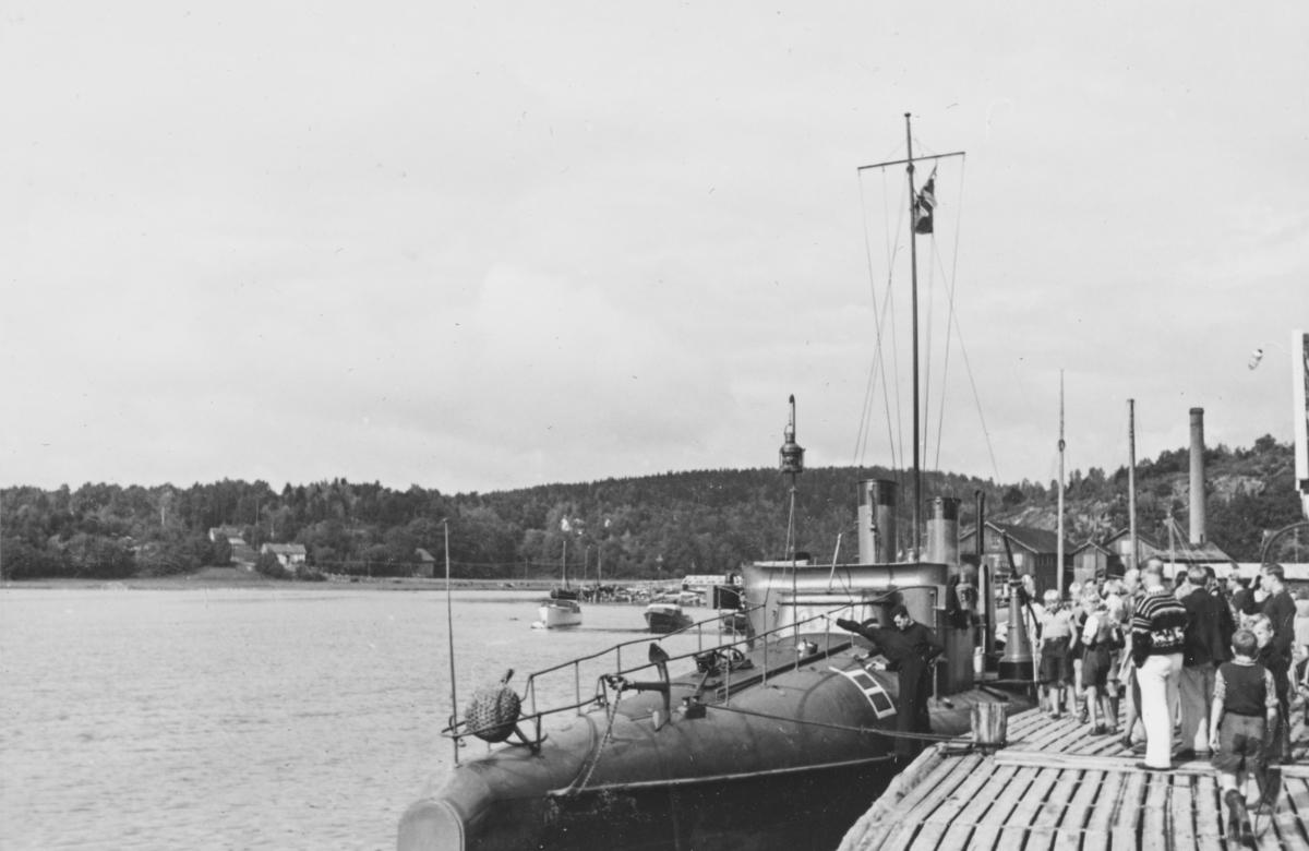 """Tidligere norsk torpedobåt av 2. klasse ved brygga i Son. Trolig er dette """"Hvas"""" som ble overtatt av den tyske marine og brukt som vaktbåt. Tyskerne gav båten navnet """"Seestern"""" NO 25. Den inngikk i Hafenschützflottilla Oslofjord."""