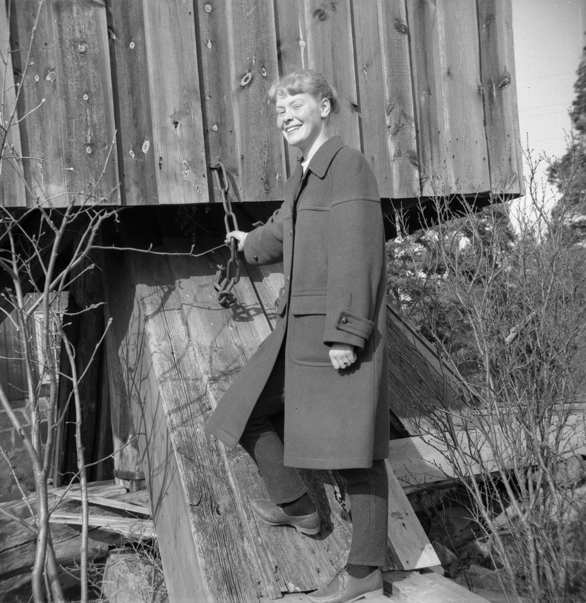 Johanna Nilsson vid en väderkvarn.