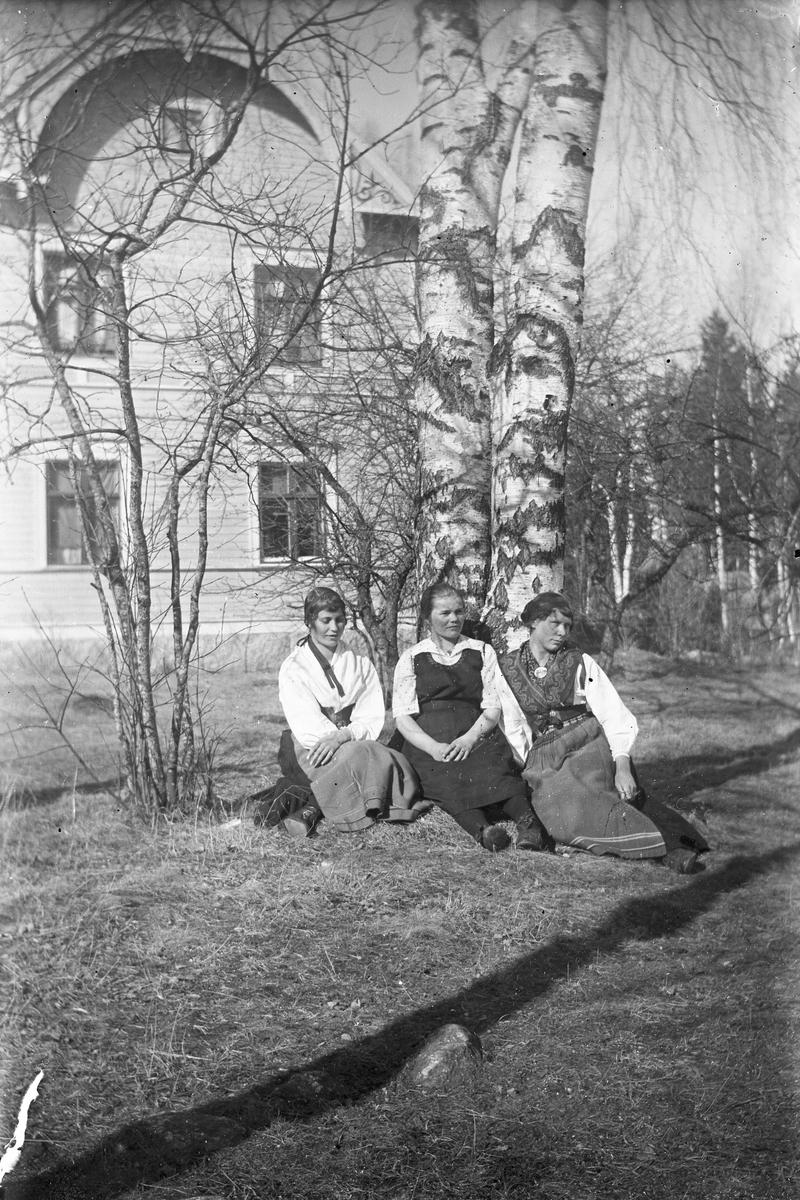 Kvinnor sittandes i trädgården