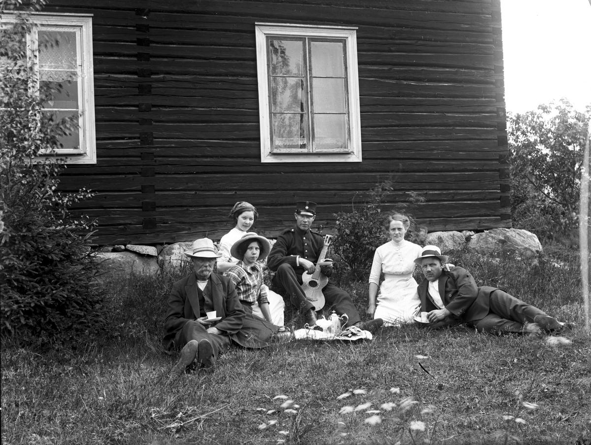 Åsmundshyttan nr 9:1 (nu 7:9), dagsverksgård. Gruppbild, foto 1914.