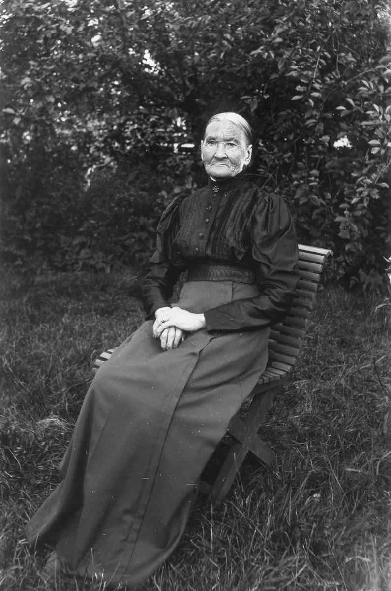 Stina Nilsson från Nils-Nils, född 1836. Fotograferad på 80-årsdagen 1916.