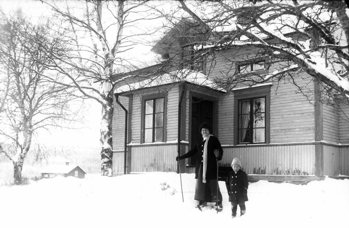 Jennie Norelli-Barton och Nils-Nils Johan (Johansson). Foto 1914.