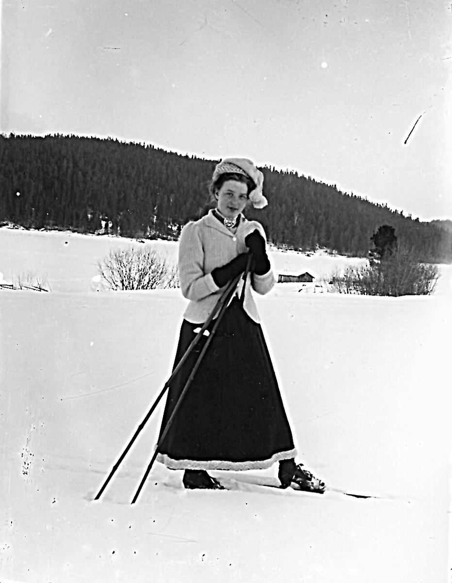 """""""Edlunds"""" i Hå. Damen på skidor är Marta Edlund, född Larsson."""