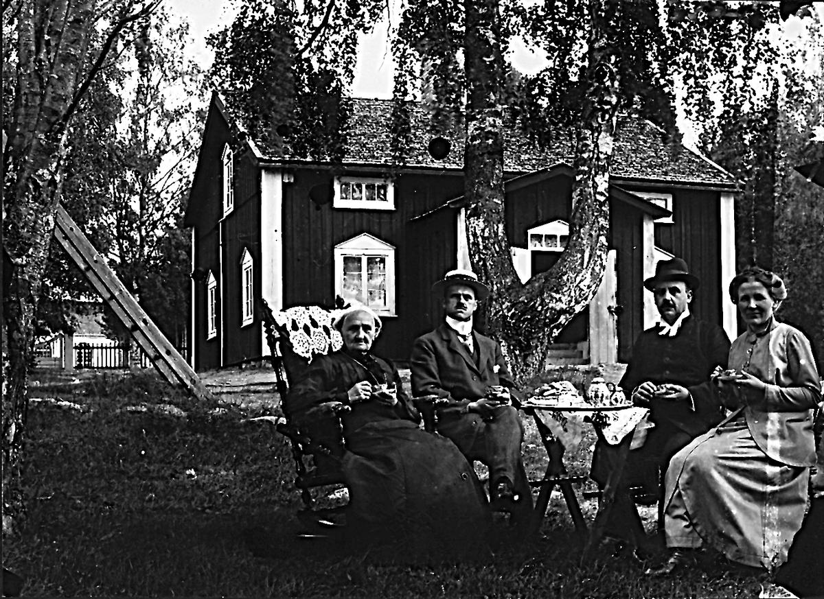 Annefors prästgård. Prästen är Oscar Eurbiuss Garpe (Olsson), född 1871. Hans hustru till höger. Till vänster ev prästens mor Stina Greta Andersdotter, född 1836. Mannen till vänster är Oscars bror Anders Joel Emekarius Garpe (Olsson), född 1869.