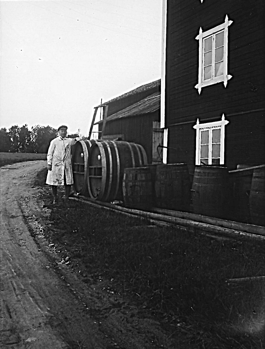 """""""Edlunds"""" på baksidan av saftfabriken, Natan Edlund."""