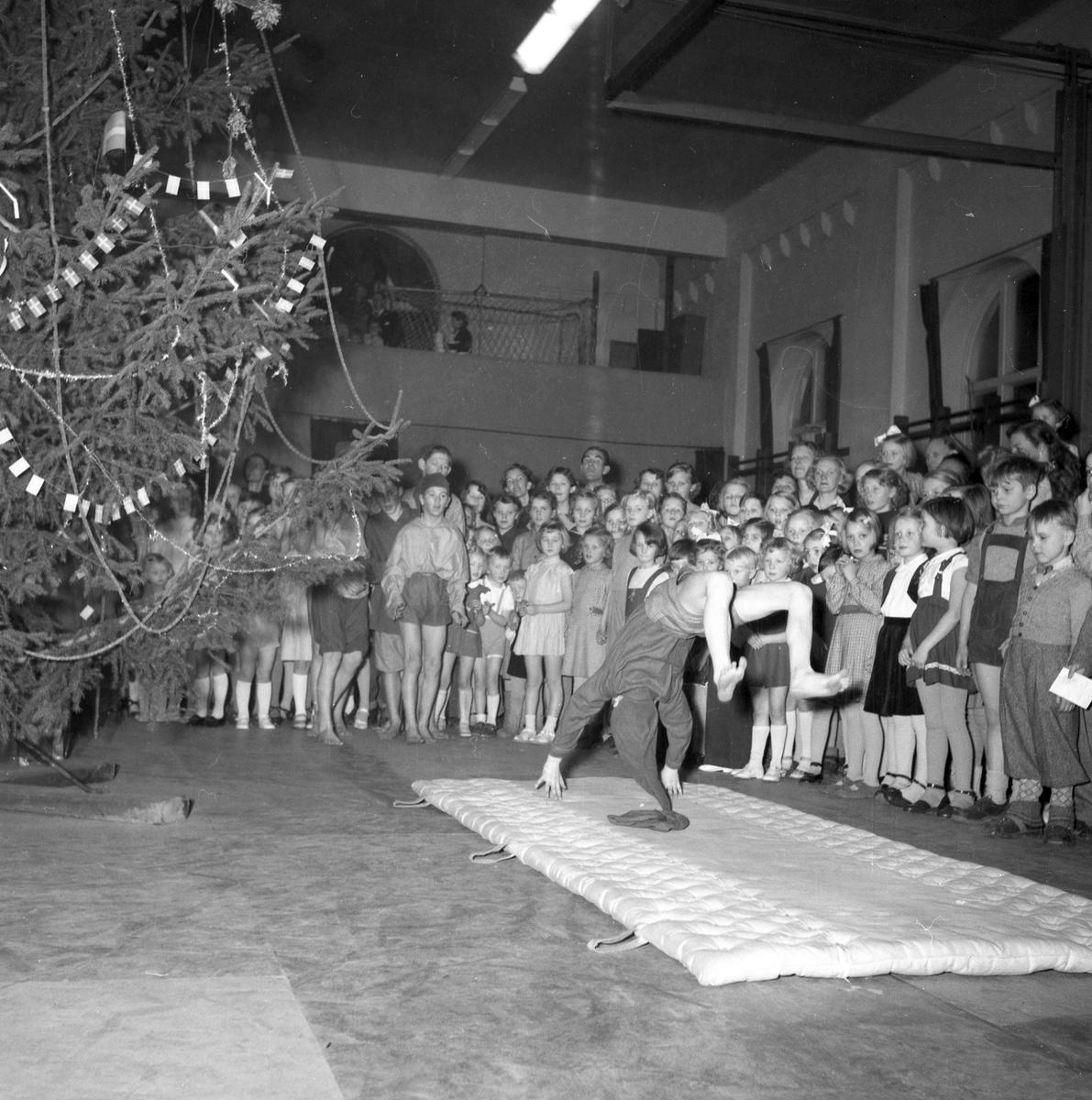 Gefle Jultomtar, julfest. 16 december 1951. Frk. Ljung, Brändströmgatan 10, Gävle