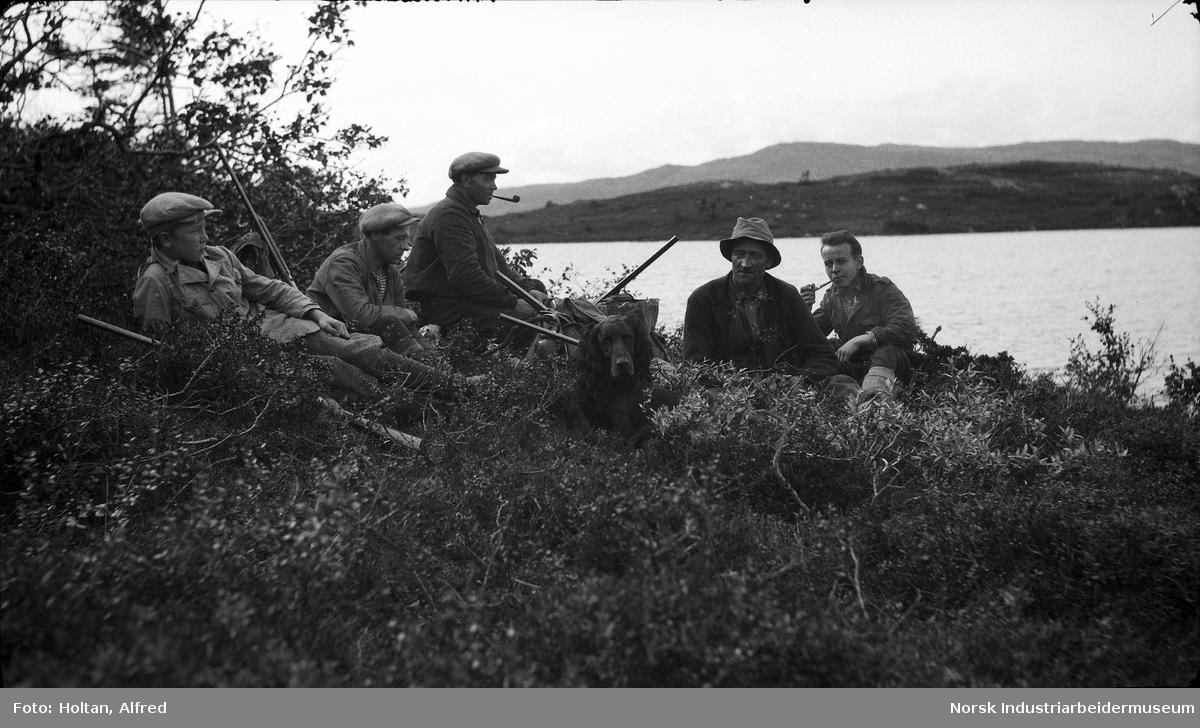 Menn på jakt Selvutløser, fotografen sitter til høyre i bildet.