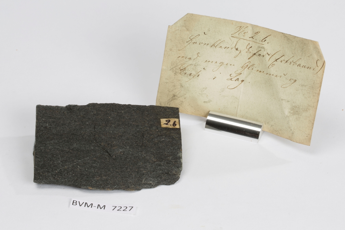 Etikett på prøve: 2.b  Etikett i eske: No. 2.b. Hornblendeskifer (Ertsbaand) med megen Glimmer og Kiese i Lag.
