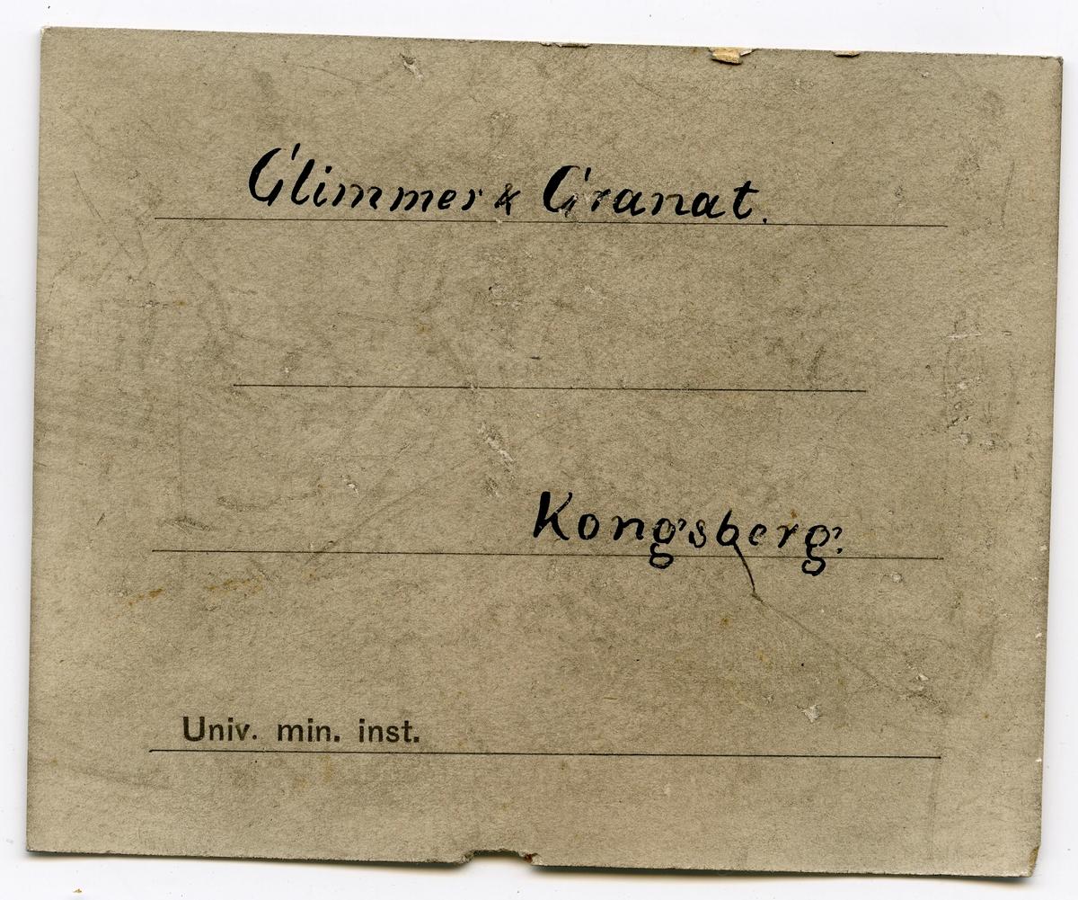 Etikett på prøve: 163. To etiketter i eske:  Etikett 1:  Glimmer og Granat Kongsberg.  Etikett 2:  Glimmer & Granat. Kongsberg.
